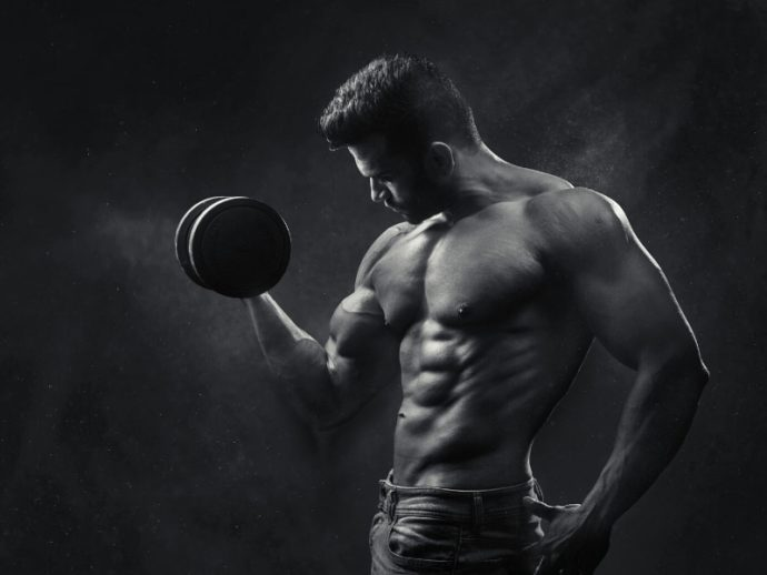 逆腹筋で筋肉質なビッグメンに