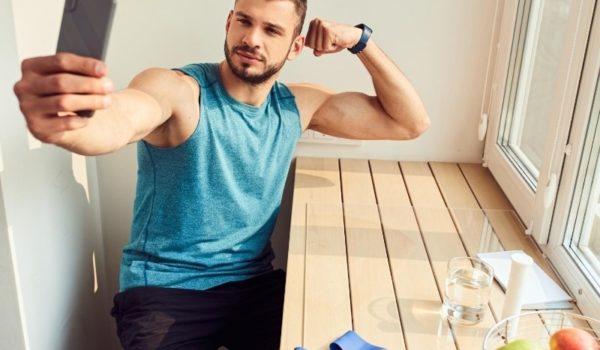 筋肉を大きく見せる自撮り方法
