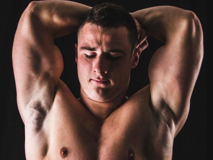筋肉自撮りポーズ_頭の後ろで腕を組む