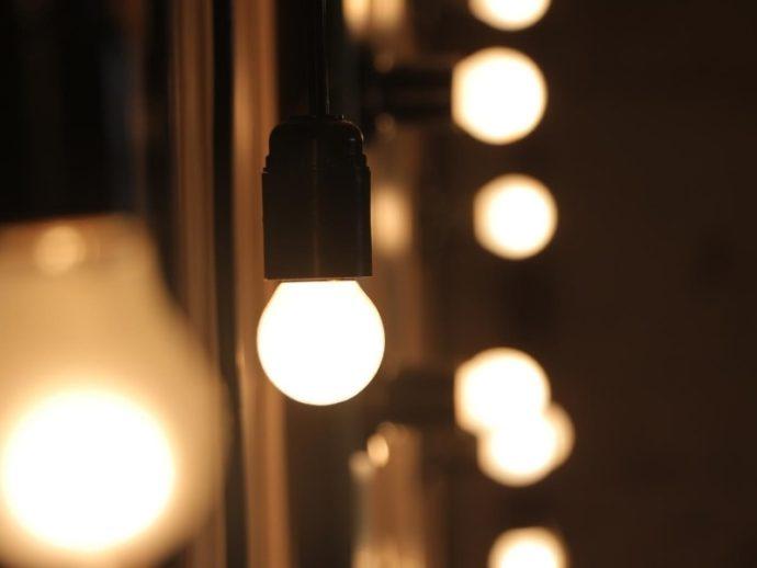 筋肉を大きく見せる5つの自撮りテク_照明は白熱灯を選ぶ